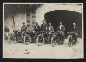 Alcuni piloti, uno dei quali in divisa da militare, su motociclette Indian