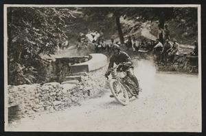Il pilota Augusto Rossi durante una gara motociclistica