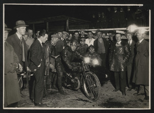 Corsa notturna con motocicletta e sidecar