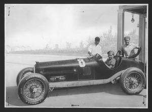 Il pilota Tazio Nuvolari con Vittorio e Bruno Mussolini