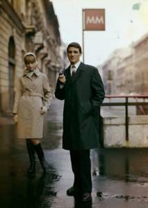 Modelli con gli impermeabili Ercolano e Chiara, ripresi a Milano in corso Venezia