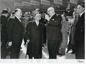 Il Presidente Luigi Einaudi insieme ad un dirigente Pirelli