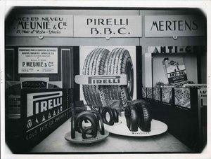 Veduta frontale dello stand Pirelli al Salone Internazionale dell'Automobile di Parigi. Esposizione di pneumatici.
