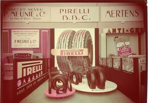 Veduta frontale dello stand Pirelli. Esposizione di pneumatici.