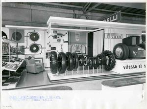 Veduta frontale dello stand Pirelli. Esposizione di pneumatici. Alle pareti altri articoli dell'Azienda SAGA.