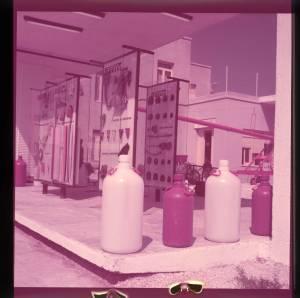 Esposizione di contenitori in polietilene. Sullo sfondo altri pannelli con articoli in gomma.