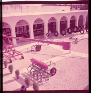 Ripresa dall'alto. Veduta del cortile dello stand Pirelli. Esposizione di macchine agricole.