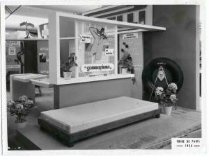 Esposizione di un materasso in gommapiuma Pirelli. Sulla parete a destra articoli per l'industria tessile.