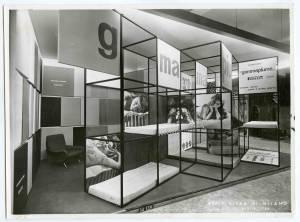 Veduta dello stand gommapiuma Pirelli Sapsa. Esposizione di materassi, guanciali e rivestimenti per pareti in Viniltex. Stand progettato dall'Arch. Roberto Menghi.