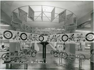 Panoramica dello stand Pirelli. Esposizione di pneumatici per cicli e motocicli.