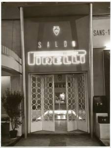 Entrata dello stand Pirelli. In alto la scritta luminosa Salon Pirelli