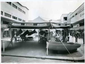 Veduta del gazebo con esposizione di articoli per sport subacquei, imbarcazioni e materassini.