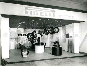 Veduta generale dello stand Pirelli per il pneumatico BS3. Al centro, sospesi, alcuni pneumatici Pirelli BS3 inseriti all'interno di una spirale.