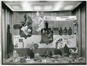 Veduta della vetrina del negozio Moroni Gomma nel 1958. Esposizione di tutta la gamma delle boule dell'acqua calda e guanti in gomma. Veduta del cartello vetrina realizzato su disegno di Raymond Savignac.