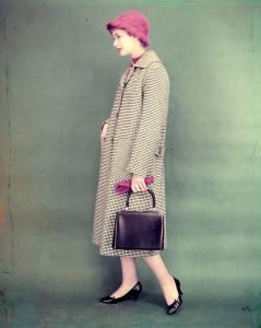 Soprabito D 1563 in lana medio peso a quadretti bianchi e neri, dotato di manica a giro, tasche applicate e martingala