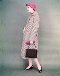 Soprabito D 1563, in lana medio peso a quadretti bianchi e neri, dotato di manica a giro, tasche applicate e martingala
