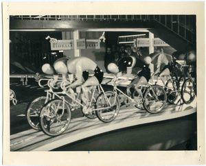 Alcuni manichini-ciclisti utilizzati per l'allestimento del circuito presso lo stand Pirelli