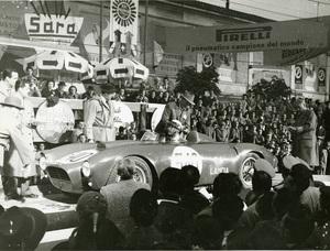 Il pilota Eugenio Castellotti nel 1954
